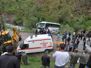 Otobüs ile kamyon çarpıştı: 2 ölü, 30 yaralı