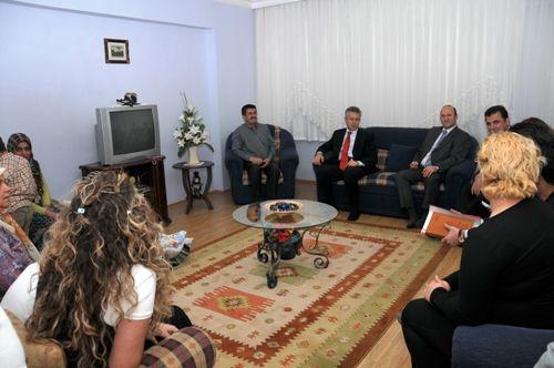Vali Taşkesen,  depremzede aileye ziyaret etti galerisi resim 1