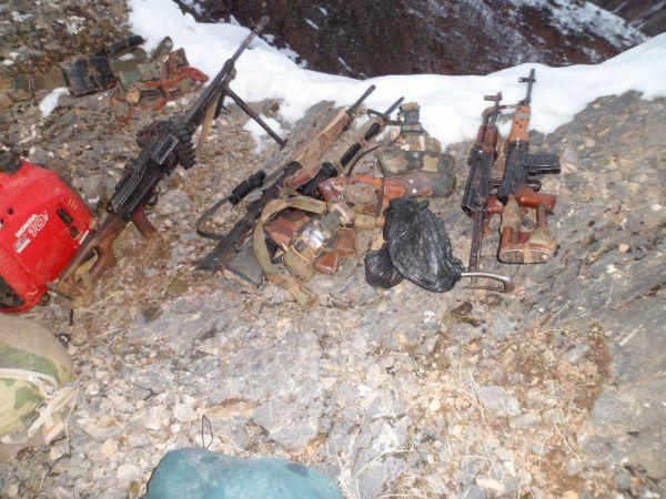 Tunceli'de PKK Sığınağında Kitaplık galerisi resim 1