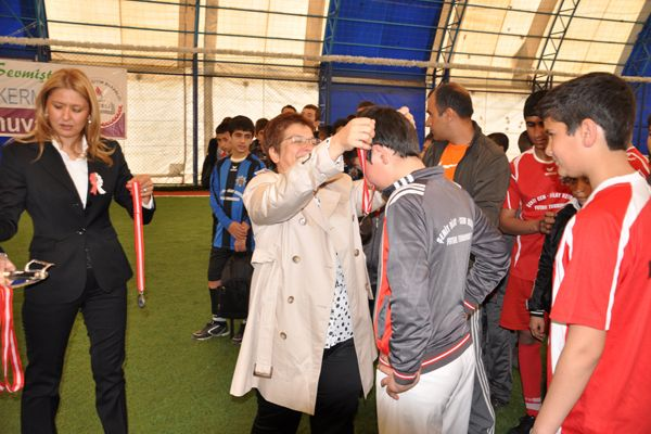 Şehit Olan Kerman Çifti Anısına Futbol Turnuvası galerisi resim 1