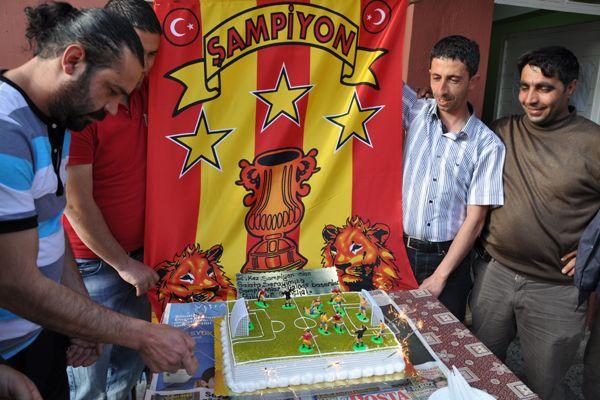 Pülümürlüler Şampiyonluğu Pasta Keserek Kutladı galerisi resim 1