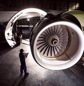 Mühendisi uçak motoru yuttu