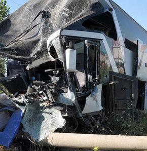 Yolcu otobüsü kamyonla çarpıştı 1 ölü!