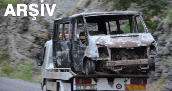 Tunceli'de yol kesen PKK'lılar bir minibüsü yaktı
