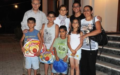Vali ve eşi Bir Grup Aileyi Konakta Ağırladı