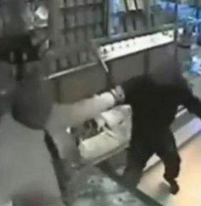 Soyguncular işyeri görevlisinin gazabına böyle uğradı! VİDEO