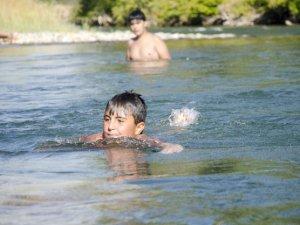 Munzur Çayı'nda yüzme keyfi