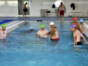 Özel bireylerin olimpik havuz keyfi renkli görüntüler oluşturdu