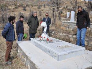 Cem Emir mezarı başında anıldı