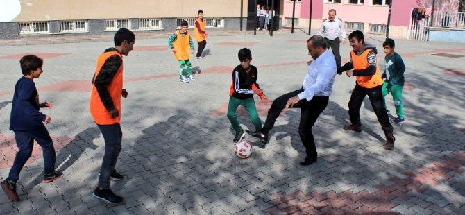 Vali Sonel, öğrencilerle top oynadı