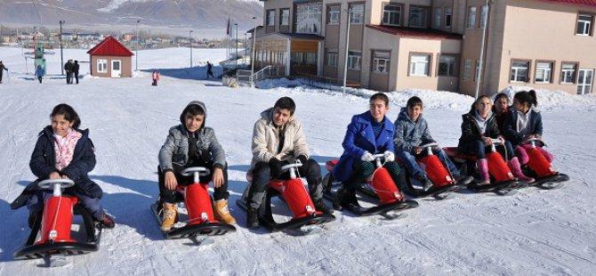 Ovacık'ta öğrencilerin kayak keyfi