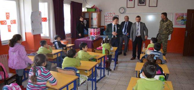 Vali Sonel'den öğrencilere satranç takımı