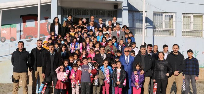 Vali Sonel'den 6 bin öğrenciye satranç takımı