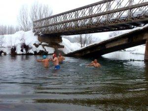 Soğuk havada Munzur Çayı'nda yüzdüler VİDEO HABER