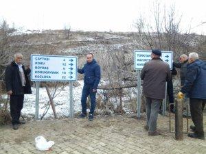 Grup köy yollarının tabelaları takılıyor