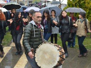 Kadınlar '8 Mart'ı halay ve türkülerle kutladı