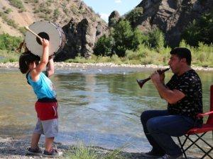 5 yaşındaki davulcu profesyonellere taş çıkartıyor