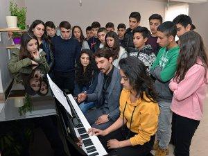 Hozatlı öğrenciler akustik piyano ile tanıştı