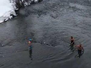 Eksi 15 derecede yüzdüler