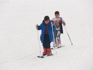 Minik öğrenciler ilk defa kayak heyecanı yaşadı