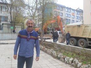 Başkan Maçoğlu, belediye önündeki duvarları yıktırdı
