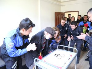 Polisten yaşlılara pastalı ziyaret