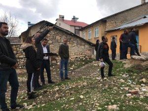 Hozat'ta risk barından yapılar yıkıldı