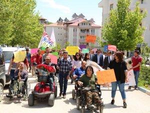 Engelli bireylerden farkındalık yürüyüşü