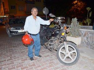 72 yaşındaki emekli  öğretmen motoruyla ülkeyi geziyor