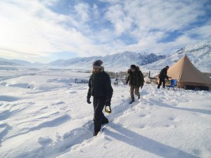 Doğaseverler 1,5 metrelik karda kamp yaptı