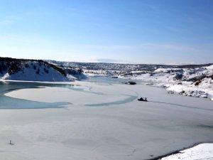 Baraj gölünün bir bölümü buz tuttu