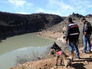 Gülistan için baraj gölü kıyısında dedektör köpeklerle arama