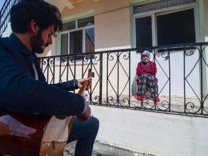 Bağlamasıyla sokak sokak dolaşıp evinden çıkamayan yaşlılara konser veriyor