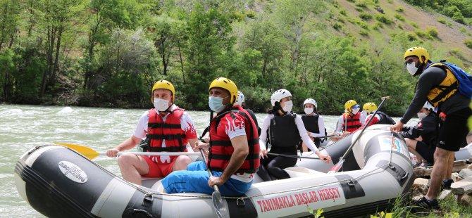 Vali Sonel, milli sporcularla rafting yaparak Munzur'da sezonu açtı