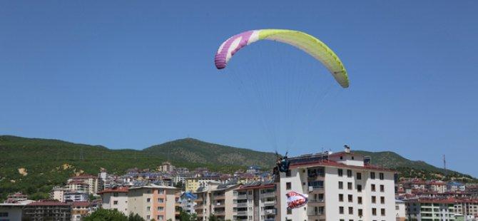 Gökyüzü paraşütlerle renklendi