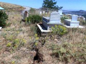 Yol çalışmasında mezarlar zarar gördü