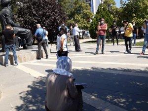 Kayıp kardeşi için oturma eylemi yapan Aygül Doku gözaltına alındı VİDEO