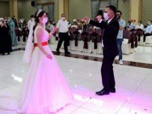 Düğünde sosyal mesafe kurallarına uymayan kişilere para cezası