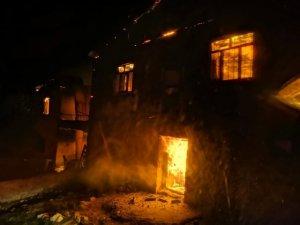Çemişgezek'te çıkan yangın evlere zarar verdi