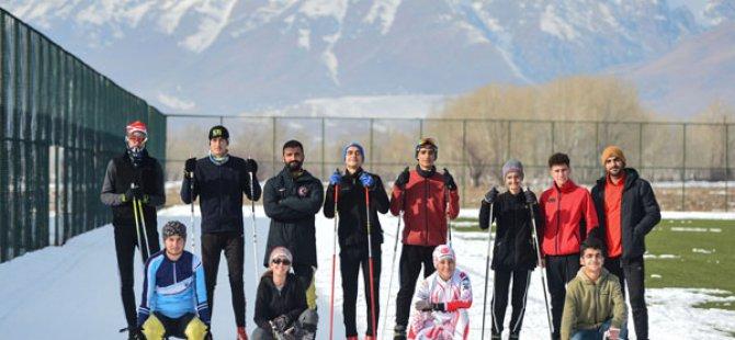 Piste dönüştürdükleri yeşil sahada, kayak yarışlarına hazırlanıyorlar