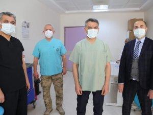 Vali Özkan, Kovid-19 aşısının ilk dozunu yaptırıp vatandaşları aşı olmaya çağırdı