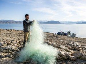 Denizsiz kentin balıkçıları Keban Baraj Gölü'nde zorlu av mesaisinde