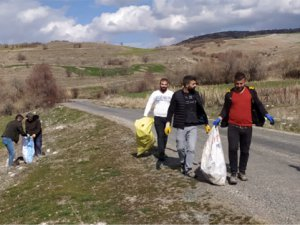 Gençler köydeki çöpleri topladı
