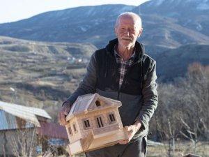 Emekli öğretmen ağaç dallarını sanat eserine dönüştürüyor