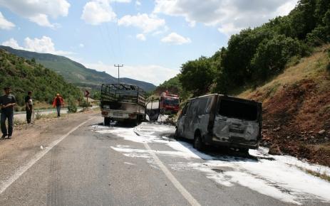 PKK, yol kesip araç yaktı