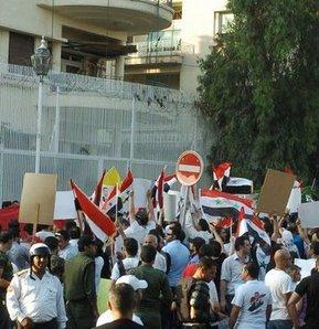 Suriye'de gerginlik büyüklelçiliğe sıçradı