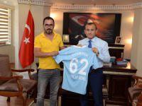 Tunceli Valisi Sonel'e Dersimspor forması