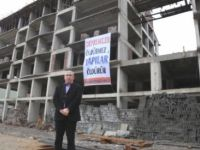 Tuncelili Müteahit İnşaatlarına 'Depremler Öldürmez, Yapılar Öldürür' Pankartı Astı