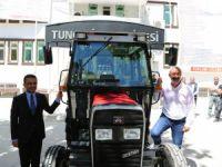 Traktör üreticisinden belediyeye traktör bağışı