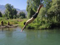 Munzur Çayı'nın soğuk ve temiz suyunda yüzme keyfi